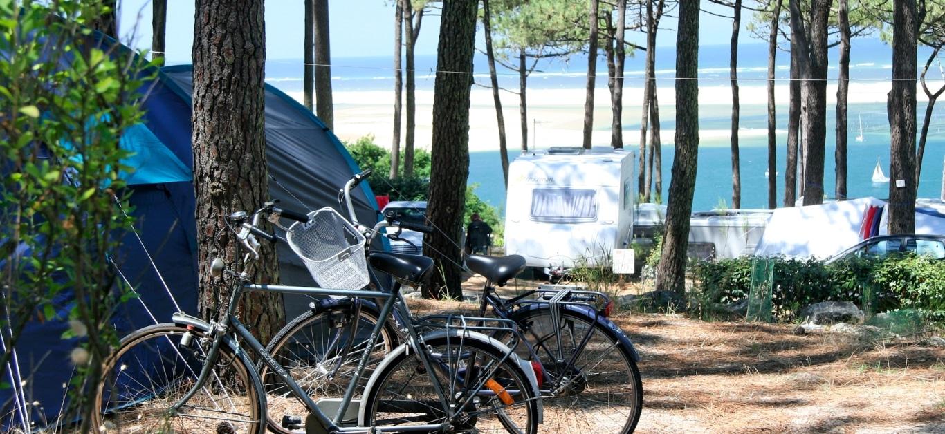 Twee fietsen op een camping aan de Atlantische Kust in Frankrijk.