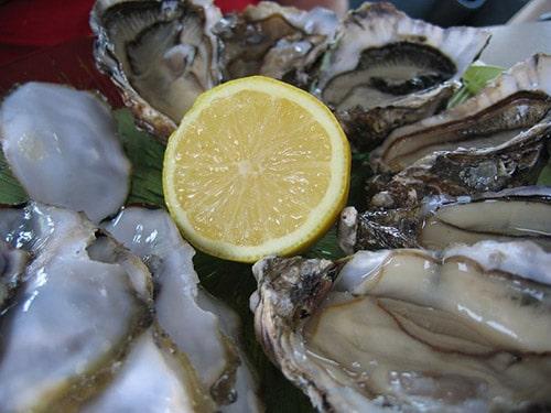 Oesters op een schaal met een citroen in Marennes-Oleron.