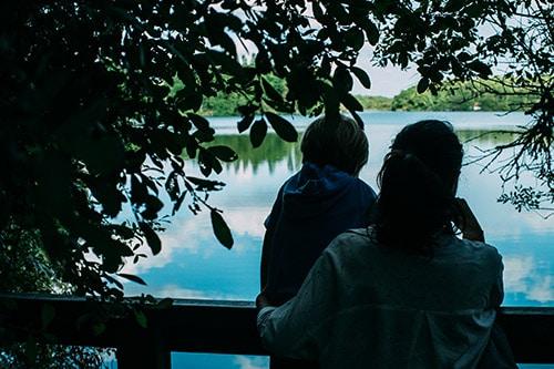 Twee mensen kijken uit over een meer in het wetland van Orx in Frankrijk.