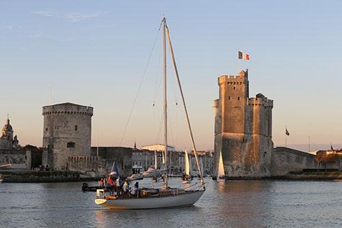 Een boot vaart langs de oude haven van La Rochelle.