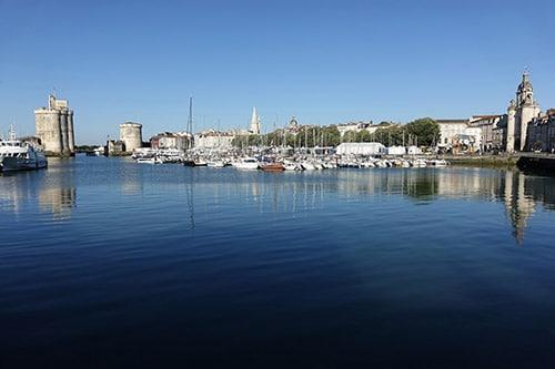 Een panoramafoto van de oude haven van La Rochelle.