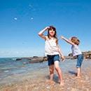 Petites-filles-sur-la-plage-©S.Laval