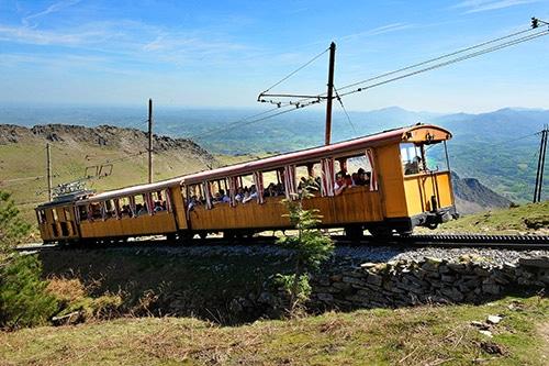 Een treintje in genaamd Train de la Rhune aan de Atlantische kust van Frankrijk.