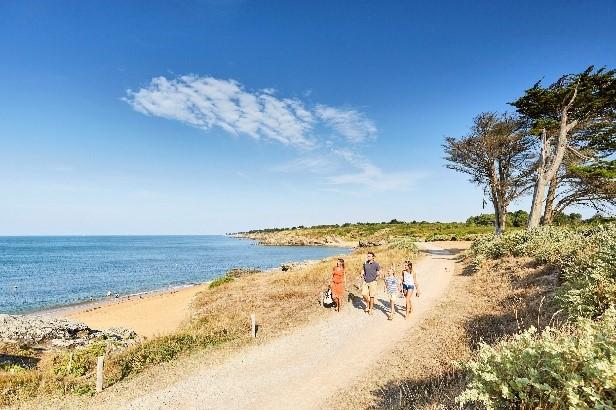 Mensen lopen over een pad bij het strand van Pornic langs de Côte de Jade.