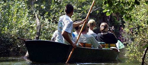 Mensen varen in een bootje bij Courant d'Huchet.