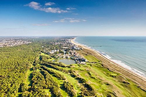 Een luchtfoto van een bos aan de Atlantische Kust van Frankrijk.
