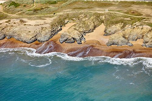 Een luchtfoto van de rotskust van Corniche Vendéenne in Frankrijk.