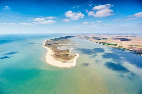 Een luchtfoto van de zee en het strand aan de Atlantische Kust in Frankrijk.