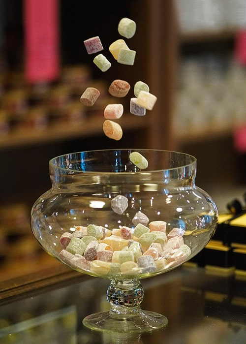 Rigolettes vallen in een glazen schaal in een winkel in Loire-Atlantique.