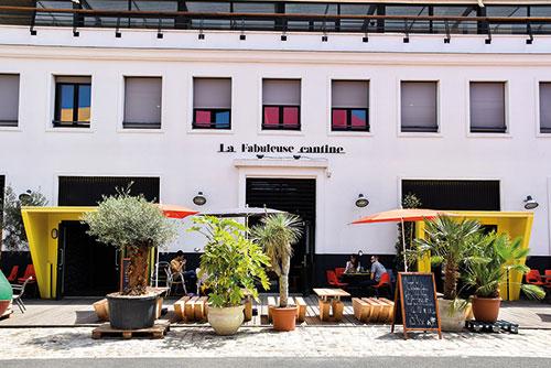 De ingang van het restaurant La Fabuleuse Cantine in La Rochelle.