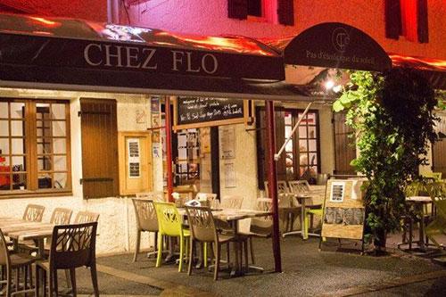 Het terras van Chez Flo in Parentis-en-Born aan de Atlantische Kust van Frankrijk.