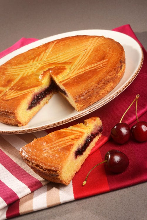 Een Gâteau-Basque met een fruitvulling.