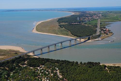 De weg naar Île de Noirmoutier vanuit de lucht gezien.