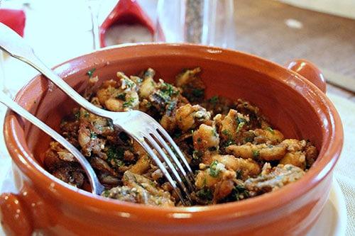Een schaaltje met eten in een restaurant aan de Atlantische Kust van Frankrijk.