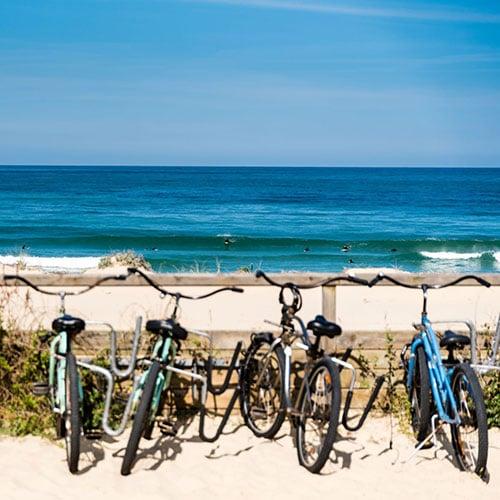 Fietsen geparkeerd langs het strand van Mimizan aan de Atlantische Kust van Frankrijk.