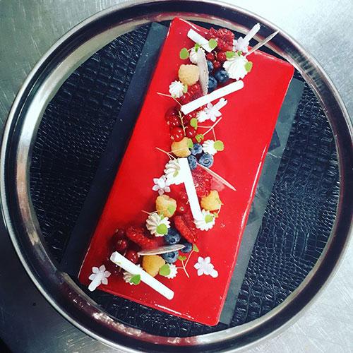 Een bord met mooi opgemaakt eten bij Pousse Pied aan de Atlantische Kust in Frankrijk.