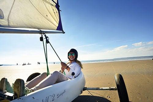 Een vrouw is aan het strandzeilen in Saint-Brevin-les-pins aan de Atlantische Kust in Frankrijk.