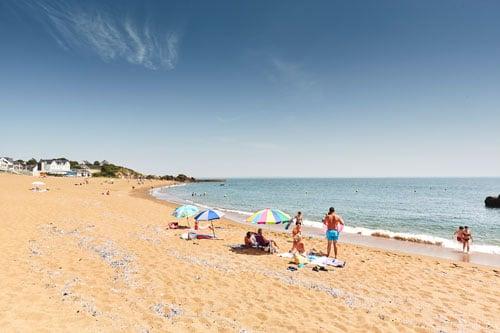 Mensen op het strand van Saint-Nazaire in Frankrijk.
