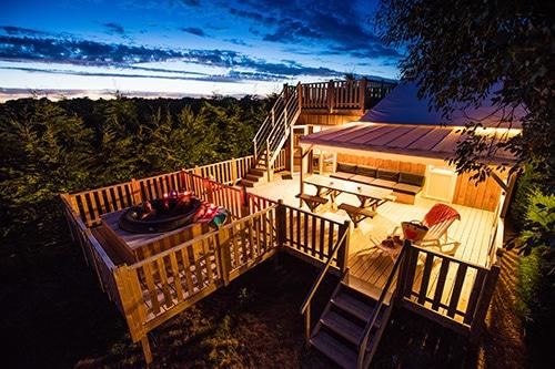 Een houten accommodatie in de avond in Frankrijk.