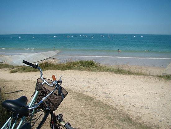 Een fiets aan het strand op het Île de Ré aan de Atlantische kust van Frankrijk
