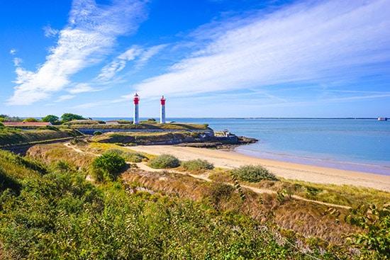 Blik op Île d'Aix met de twee vuurtorens aan de Atlantische Kust van Frankrijk.