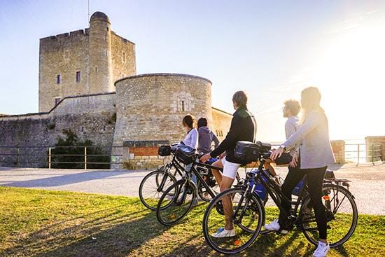 Radfahrer betrachten das Fort de Fouras in Fouras-les-Bains.