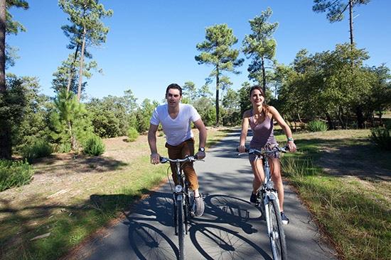Twee fietsers rijden door het bos op het Île d'Oléron in Frankrijk.