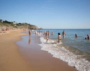 Mensen spelen op het strand in Pornichet.