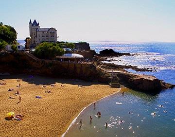 Luchtfoto van een strand in Biarritz.