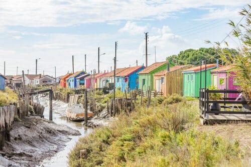 Een rij met kleurrijke huisjes op Île d'Oléron.