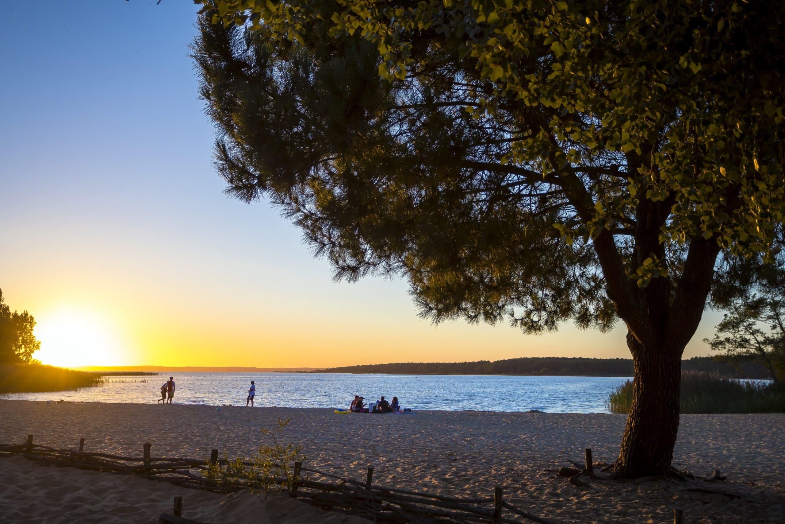 Fantastische zonsondergang op het strand van het meer van Sanguinet