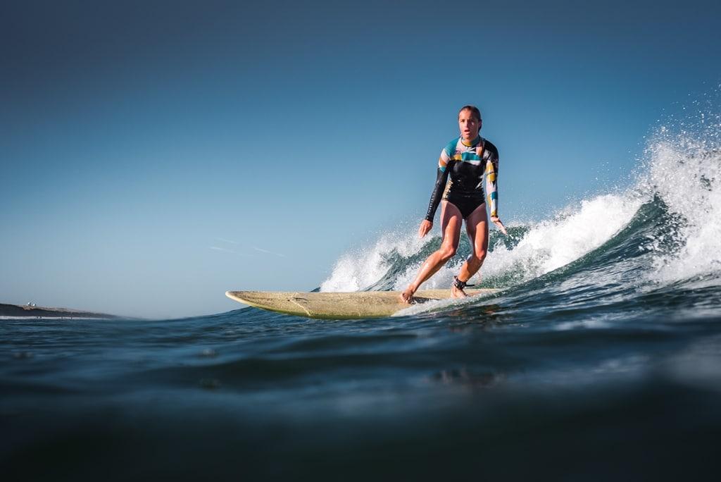 Een vrouw surft op een golf in Hossegor.