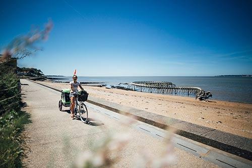 Een vrouw fietst bij het strand van Saint-Brevin-les-Pins.