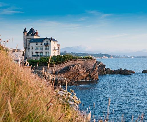 Ein imposantes Gebäude an der Küste von Biarritz