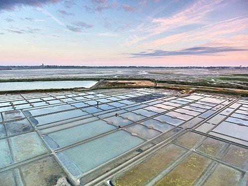 Zonsondergang bij de zoutpannen van Guérande
