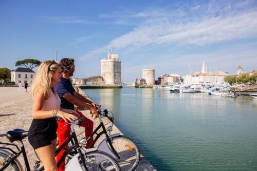 Twee fietsers in de oude haven Le Vieux Port van La Rochelle.