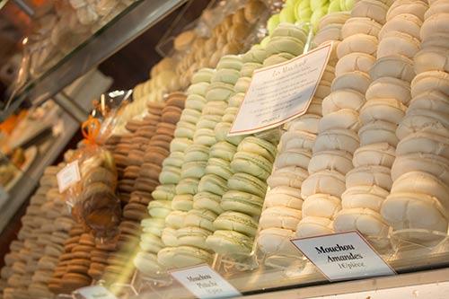 Een vitrine gevuld met Macarons.