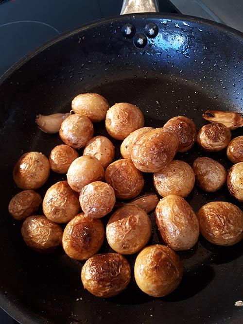 Een close-up van aardappelen van het Île de Noirmoutier in een pan.