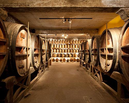 De kelder van het traditionele cognac-huis Meukow.