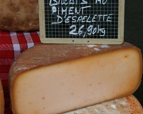 Een halve Baskische schapenkaas in een winkel.