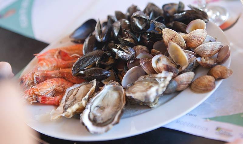 Een schaal met zeevruchten geserveerd aan de Atlantische kust in Frankrijk.