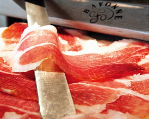 een close-up van een plak ham uit Bayonne.