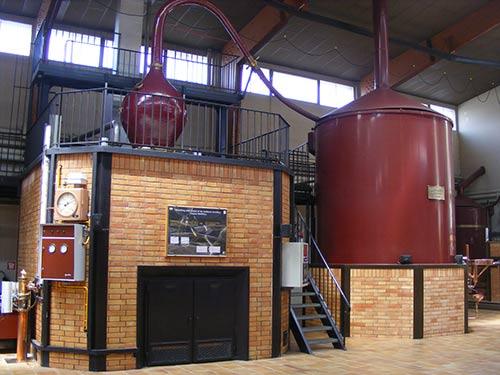De koperen distilleerketels in de cognac-distilleerderij Martell.